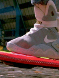 Michael J. Fox ( Marty Mc Fly ) et son skate-board futuriste dans le film